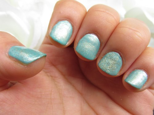 Gold eyeshadow mint nails