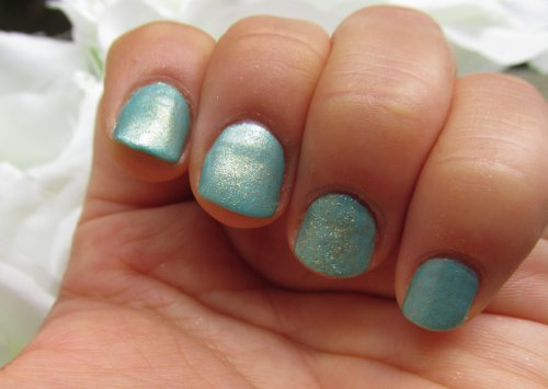 Gold eyeshadow mint nails1