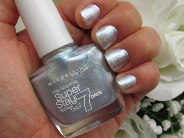 Diverse nail polish finishes Iridiscent