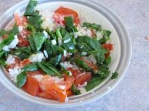 Warme rijst, spinazie, kaas en tomaat