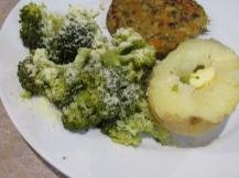 Gepofte aardappel, linzenburger en broccoli