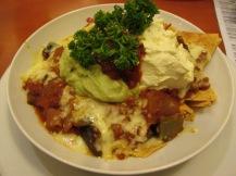 Nacho's met guacamole, tomatensalsa en gesmolten kaas