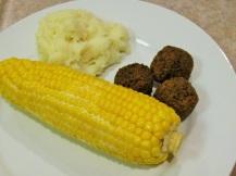 Aardappelpuree, groentenballetjes en mais