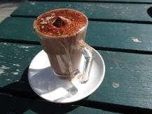 Geen koffie voor mij, maar wel warme chocolademelk met een grote marshmallow die erin dobbert.