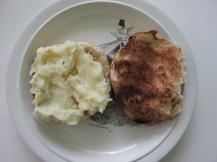 Hamburger, tomaat, spinazie en aardappelsalade (2)
