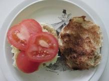 Hamburger, tomaat, spinazie en aardappelsalade (3)