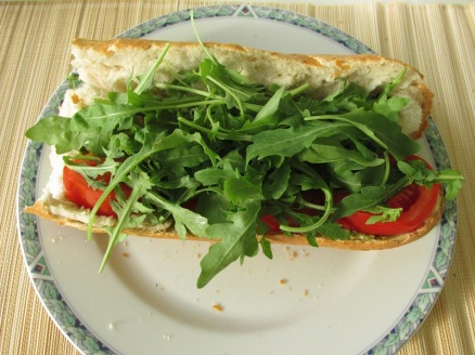 Stokbrood pesto, rucola en tomaat (4)
