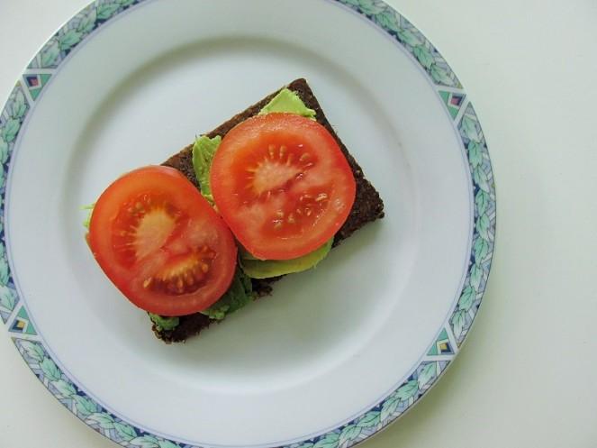 Food 4X Gezonde Vegan Ontbijt Ideeën - roggebrood, tomaat, avocado (1)