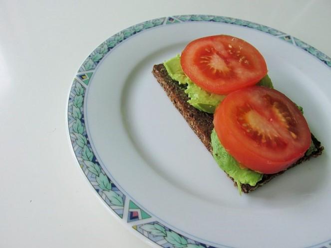 Food 4X Gezonde Vegan Ontbijt Ideeën - roggebrood, tomaat, avocado (2)